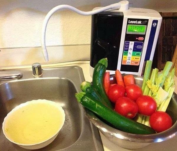 Nước Kangen có chỉ số pH 11.5 giúp rửa sạch chất hóa học có trên thực phẩm